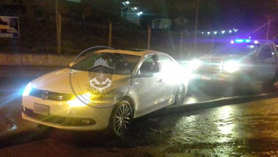 El auto quedó estacionado sobre un cordón, en medio de la calle. (Gentileza).-