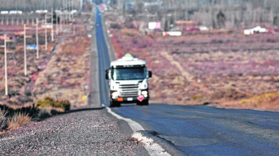 Desde Cinco Saltos hacia el norte, la Ruta Nacional 151 es una travesía repleta de peligros para todo tipo de vehículos. Foto: Florencia Salto