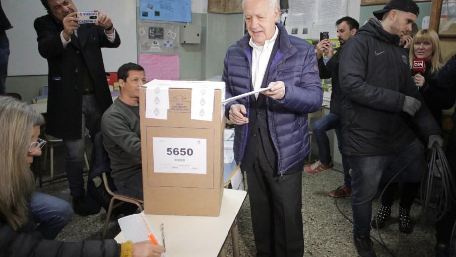 Roberto Lavagna emitiendo su voto. Foto: Télam.