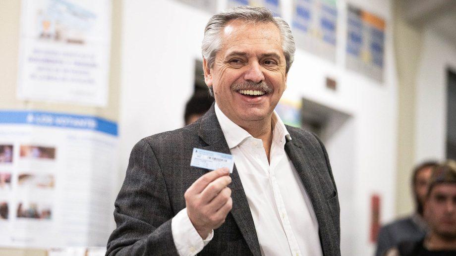 Alberto Fernández al momento de emitir su voto. Foto: Télam.