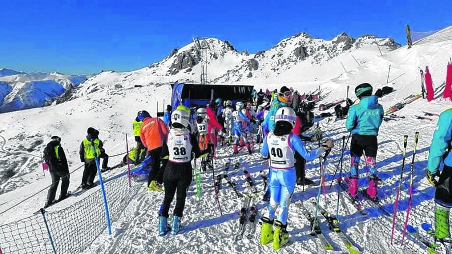 Los atletas tienen por estos días en el cerro Catedral un escenario inmejorable de nieve y sol. Foto: gentileza