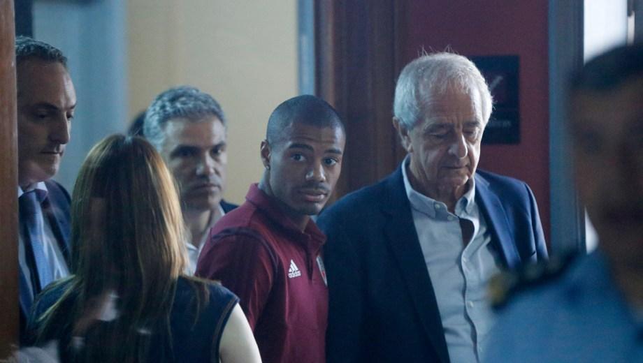 De la Cruz, acompañado por D'Onofrio, sale de la fiscalía. Clima enrarecido en Asunción. Foto AP