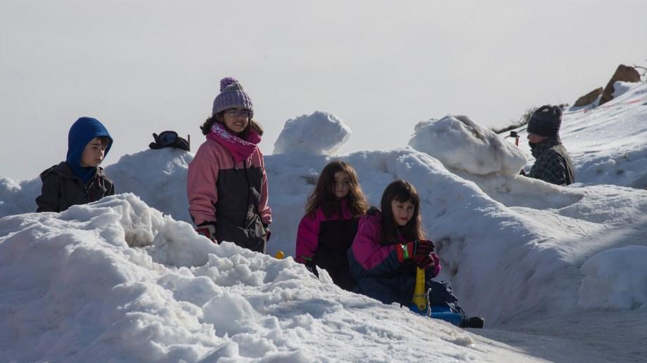 En el Teleférico Cerro Otto hay buena nieve para el trineo. Foto: Marcelo Martinez