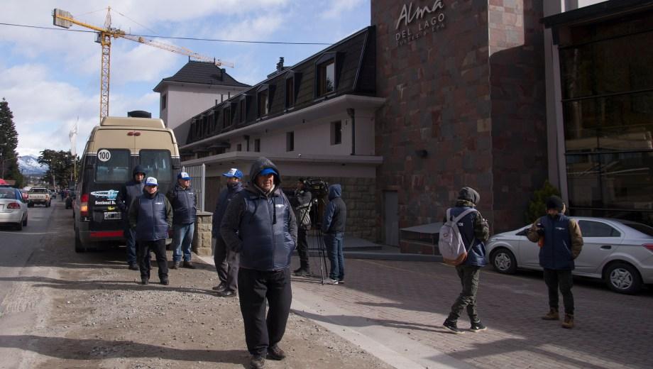 Los dirigentes de Uthgra reclamaron en el hotel Alma del Lago. Foto: Marcelo Martinez