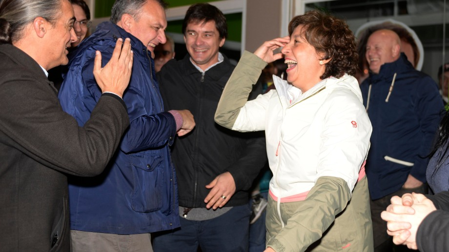 La gobernadora electa Arabela Carreras celebra el resultado de Juntos con dirigentes de Bariloche. Foto: Alfredo Leiva