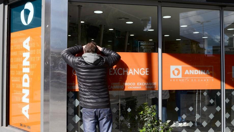 En el centro de Bariloche la única casa de cambio a las 13 ofrecía el dólar a 68 pesos. Foto: A. Leiva