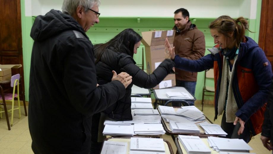 Dos mujeres fiscales de mesa se saludan antes del recuento de votos. Foto: Alfredo Leiva