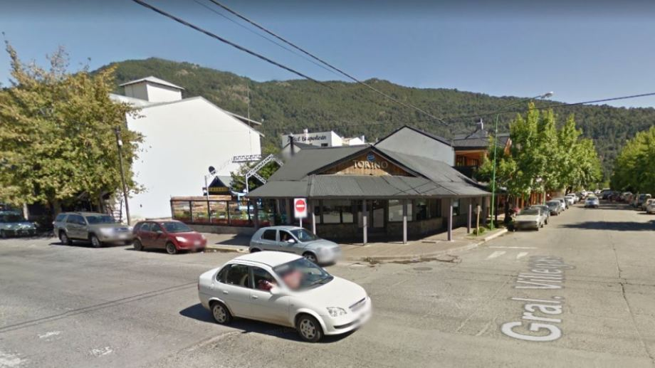 La agresión ocurrió durante una fiesta en un bar de San Martín de los Andes. (Captura).-