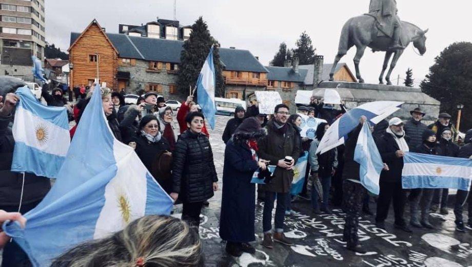 Militantes de Juntos por el Cambio se expresaron a favor del presidente Macri en Bariloche. Imagen Twitter Santiago Palmeyro