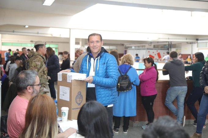 El gobernador Omar Gutiérrez votó el domingo en la escuela 2. Foto gentileza