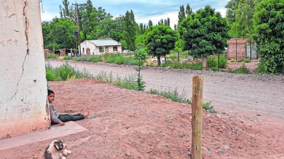 Los movimientos en el pueblo de Sauzal Bonito encendieron la alerta y llevaron a la instalación de equipos. (Foto: Florencia Salto)