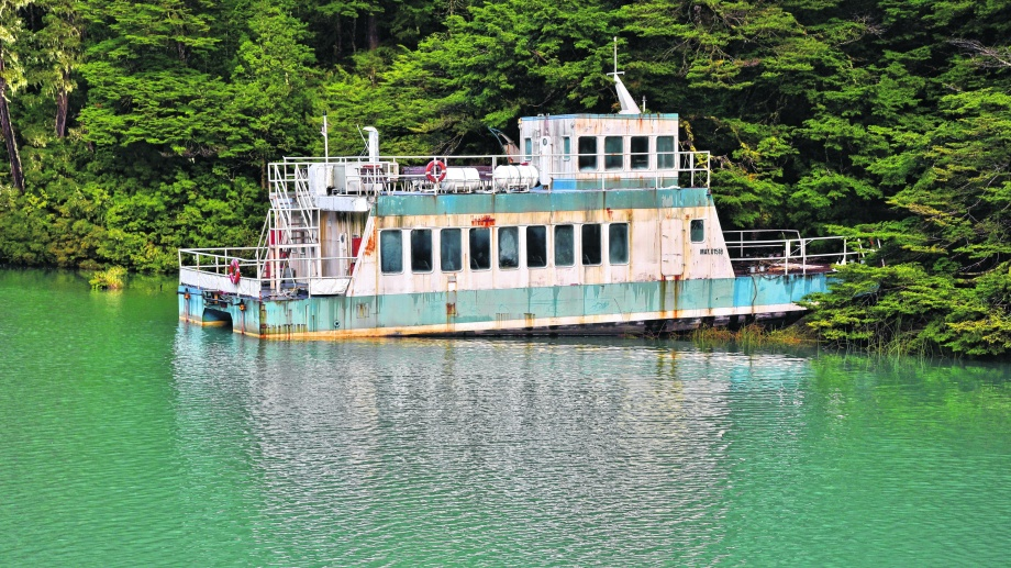 Dos catamaranes se encuentran abandonados y generando un riesgo ambiental en el lago Frías. Hoy fueron rematados. Archivo