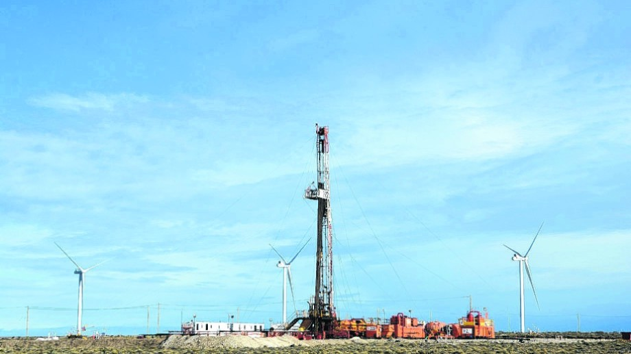 En Manantiales Behr conviven la producción hidrocarburífera con un enorme parque eólico.