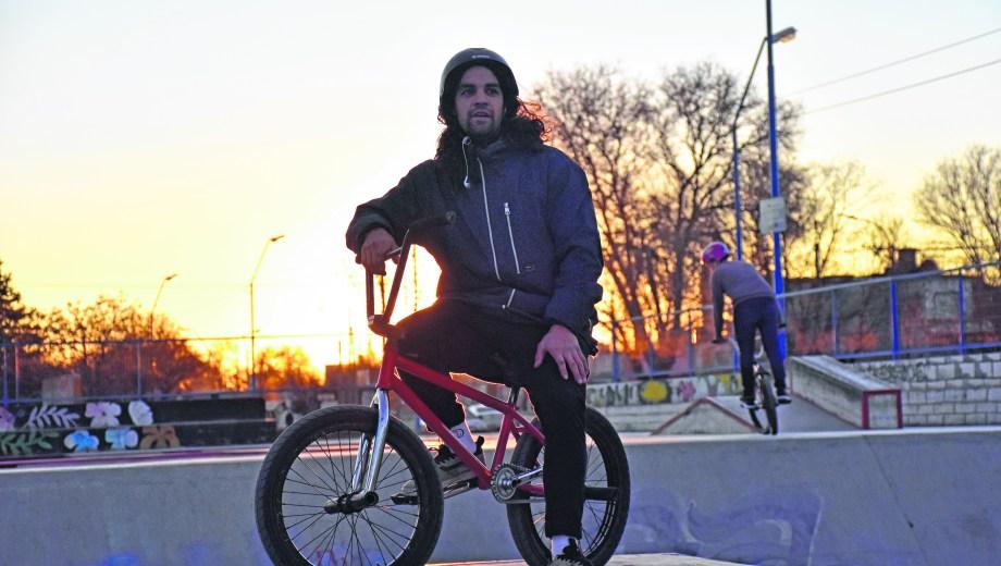 Emmanuel Silva. Sale del trabajo y se convierte en el referente de la pista. Foto: Andrés Maripe