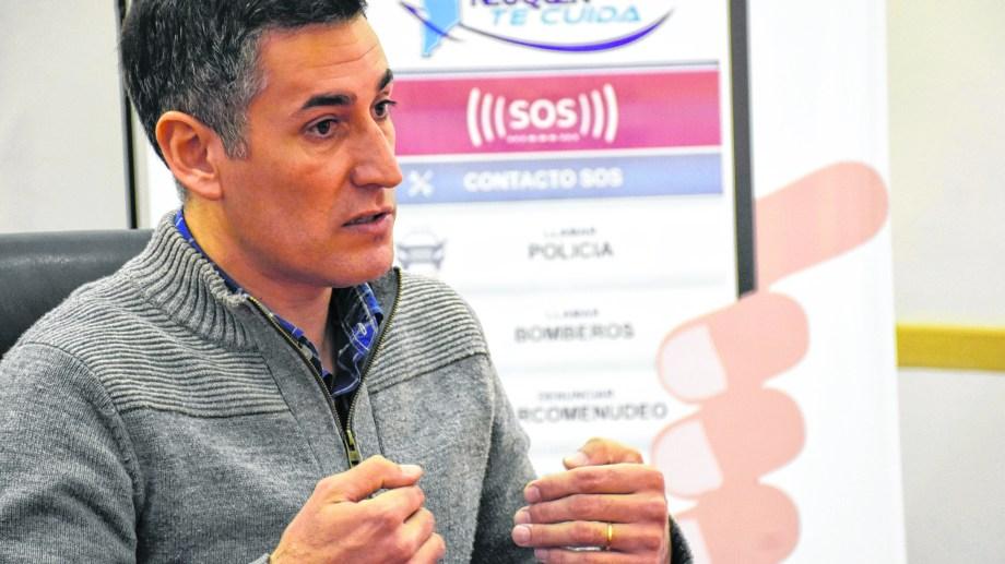 Nicolás Maldonado es subcomisario y explicó cómo funciona el Neuquén Te Cuida.  ( Foto: Florencia Salto)