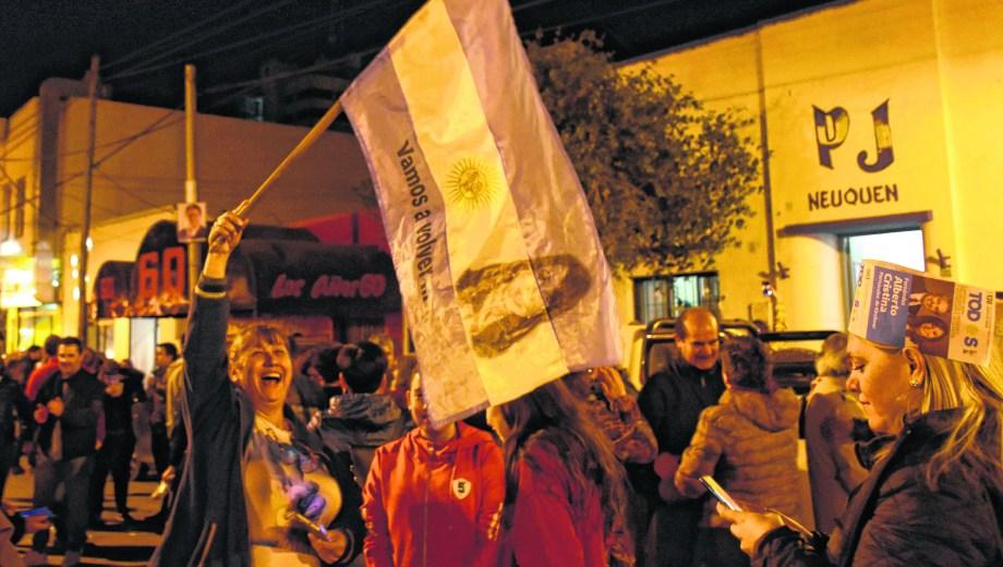 El kirchnerismo celebró en la sede del PJ de la capital neuquina pasadas las 21. (Florencia Salto).-