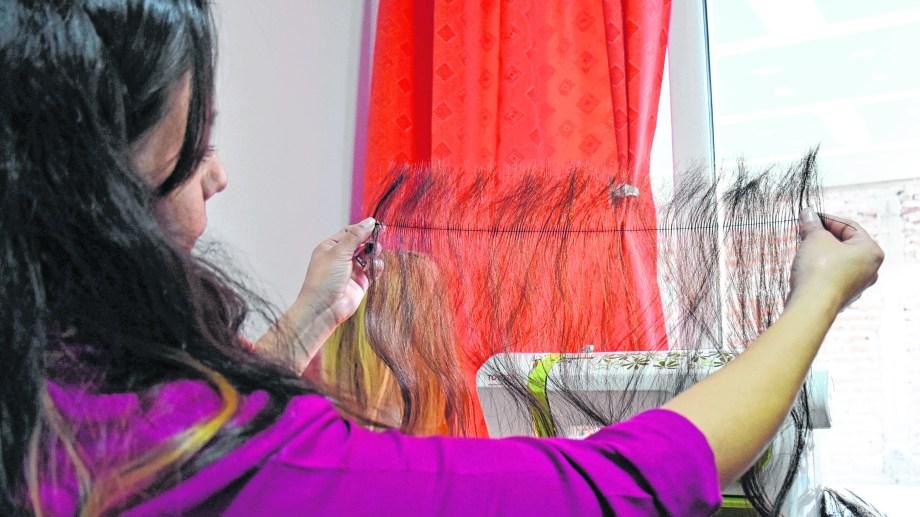 En el taller de la fundación SENO fueron elaboradas 38 pelucas, desde que comenzaron hace un año y medio.   Foto: Florencia Salto