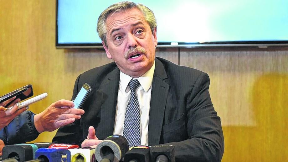 """El candidato del Frente de Todos, en su rueda de prensa, ayer. """"Nuestra propuesta no supone riesgo de default"""", aseguró."""