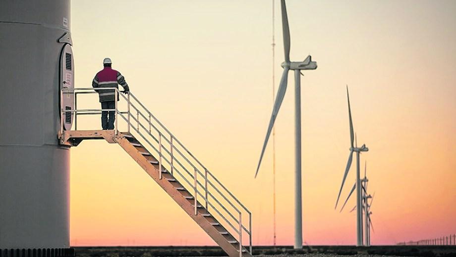 El parque eólico Guarayalde pertenece a Pan American Energy. Tiene una potencia instalada de 24 MW.