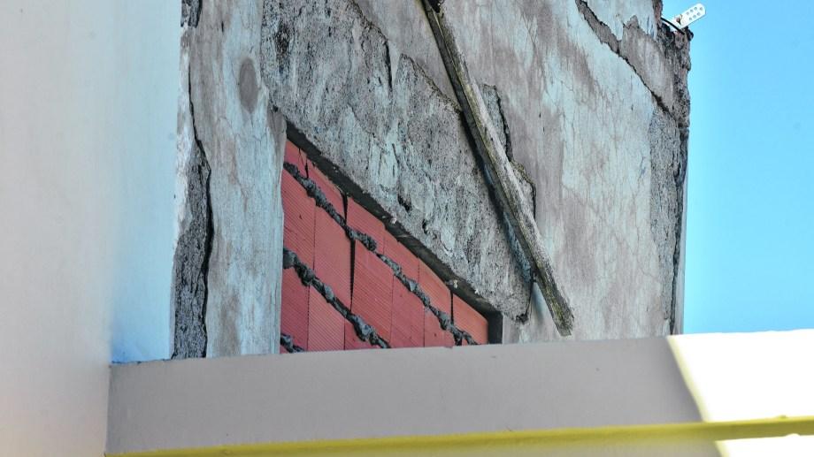 Tras colocar ladrillos de vidrio, el dueño de la ventana la cerró con ladrillo hueco. Nunca avanzó un posible acuerdo de mediación. Foto: César Izza