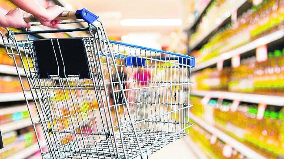 Las ventas en los supermercados continuaron cayendo, según el informe del Indec. (Archivo).-