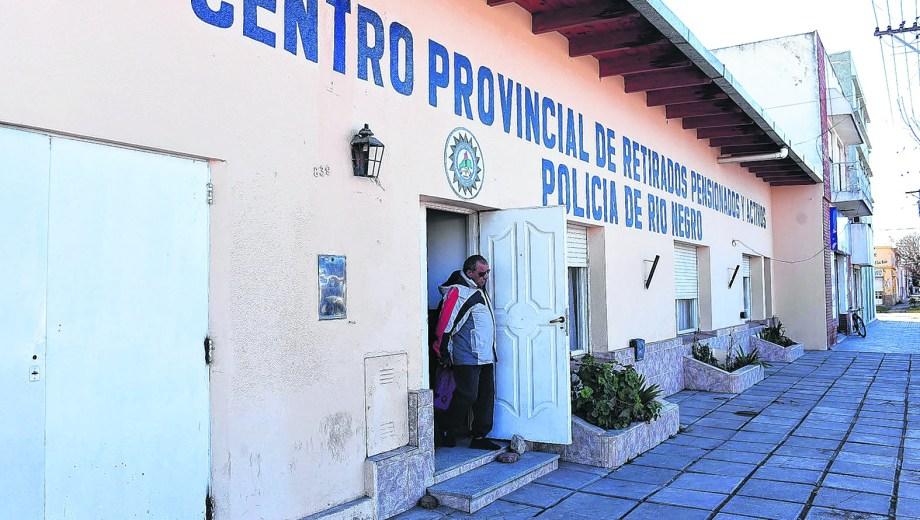 El centro de Retirados de la Policía de Río Negro informó que ya se emitió el decreto autorizando la suba de los haberes. Foto:Mauricio Martin
