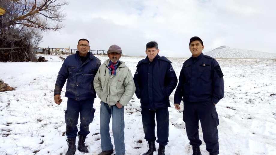 El hombre del paraje Los Molles junto a los policías que no encontraron. Foto: Gentileza