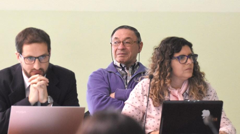 Pedro Pugliese y Gabriela Labat son la defensa oficial de los acusados. El militar Carlos Benavídez (atras). Foto: Juan Thomes