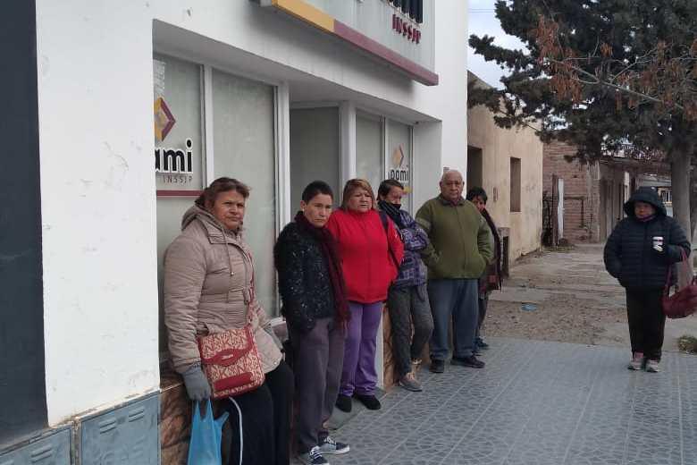 El martes los afiliados esperaron más de tres horas hasta que abrieron la agencia.