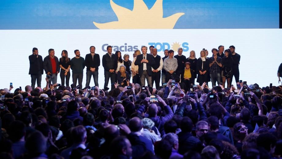 Alberto, junto a sus compañeros del Frente de Todos. (Foto: AP)
