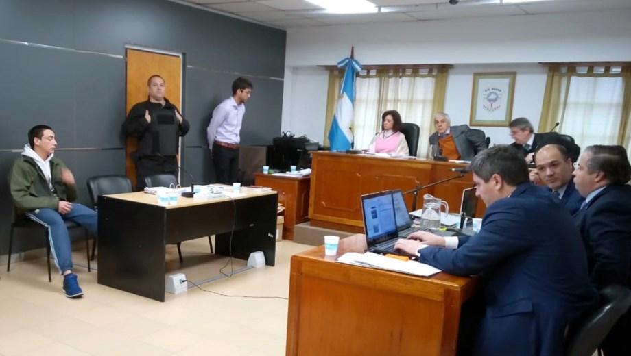 Matías Baldebenito, único acusado por el homicidio de Joaquín Vinez se sentó en el banquillo en la primer jornada del juicio. Foto: Yamil Regules