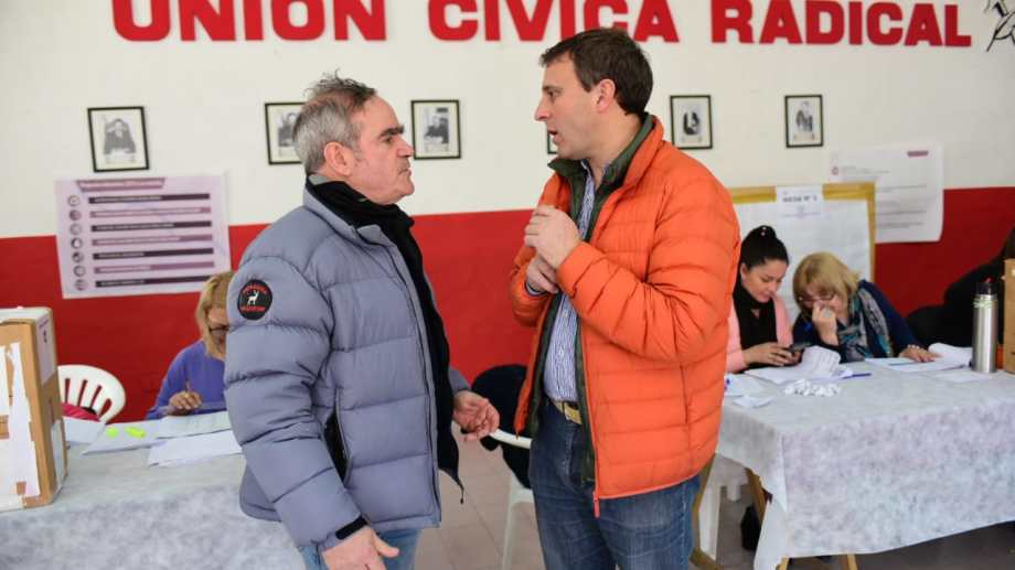 Los candidatos De Rege y Pinasco dialogan en pleno proceso interno de la UCR. Foto: Mauricio Martin.