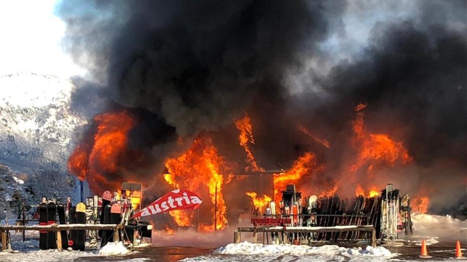 El fuego consumiendo el local llamó la atención de los esquiadores. (Gentileza Mariel Lesnichevsky)