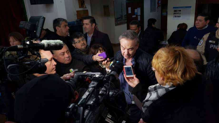 El senador rionegrino vino ayer a votar a Sierra Grande. Foto Martín Brunella.