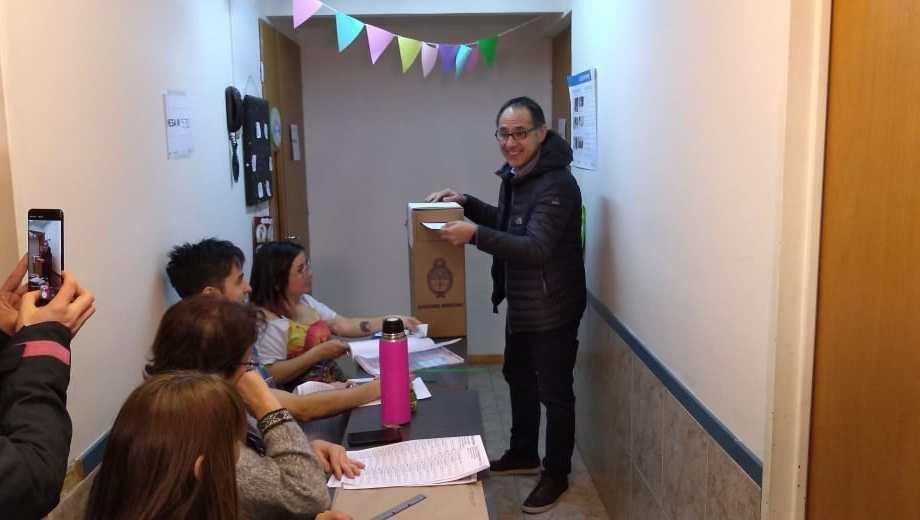 El diputado Sergio Wisky y candidato a renovar la banca votó en Bariloche.