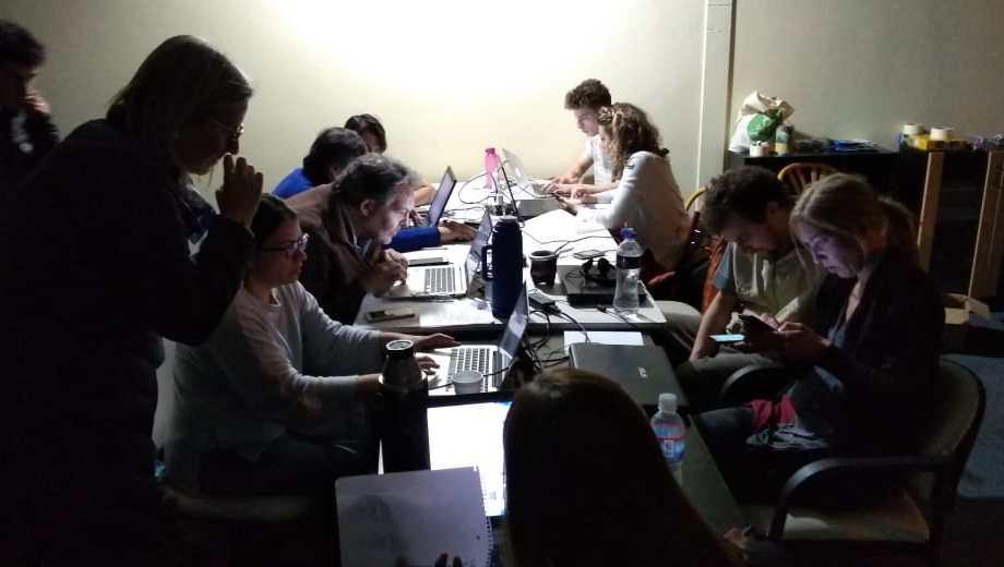 El centro de cómputos del Frente de Todos en Bariloche recibe los datos de las escuelas.