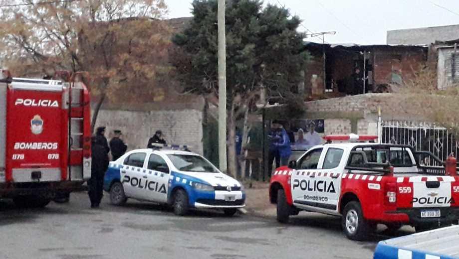 La policía cortó la calle para concluir las pericias. (Foto: Mauro Pérez.-)