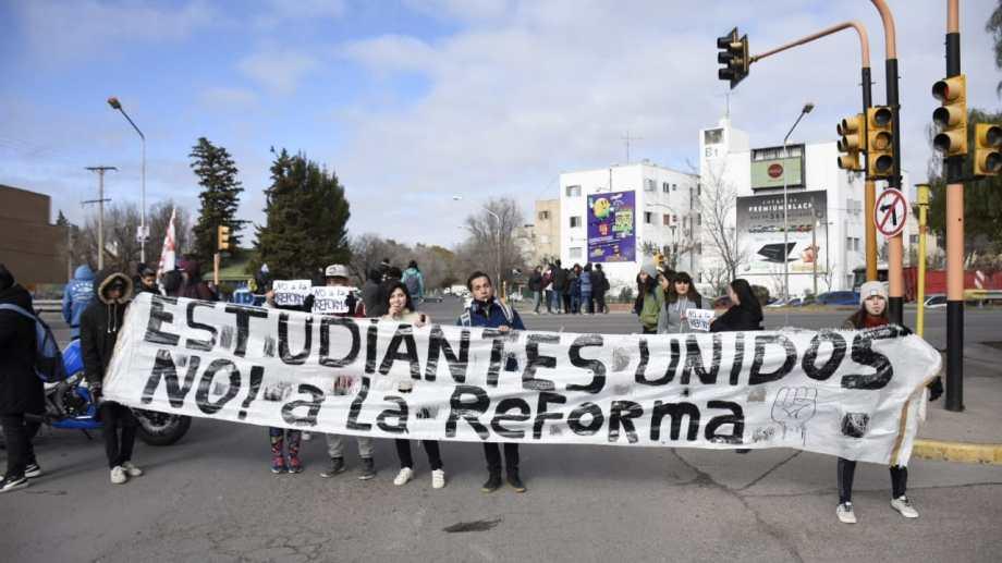 """Los estudiantes que integran """"Escuelas Unidas de Neuquén"""" cortaron la Ruta 22 en protesta contra la nueva secundaria. (Florencia Salto).-"""