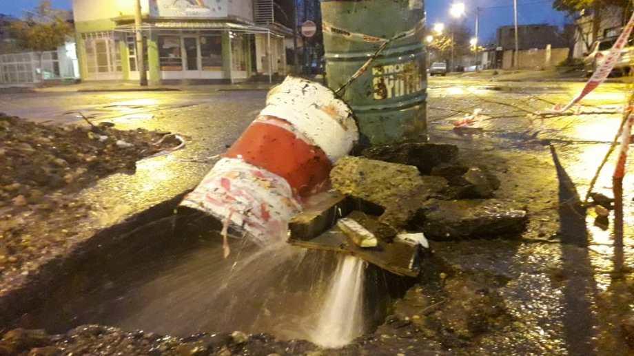 Así controlaron el agua que salía con mucha presión del caño roto en la esquina de Ricardo Rojas y Santa Cruz. (Mauro Pérez).-