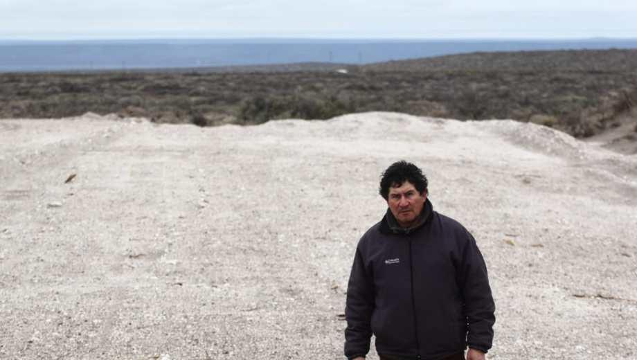 El criancero Walter Cárdenas reclama que la empresa deje de trabajar sobre  el campo de su familia.