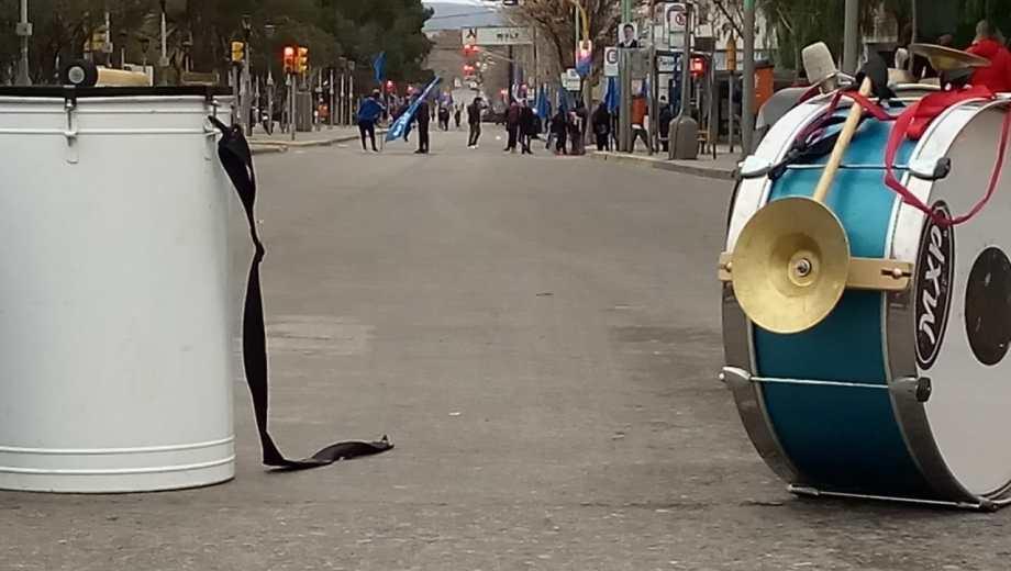 Los organizaciones sociales bloquearon el tránsito sobre la avenida Argentina en Neuquén. (Yamil Regules).-