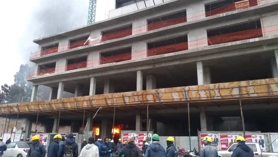 El fuego se desató en la planta baja de la construcción. (Gentileza).-