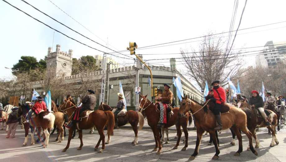 Los jinetes marcharon a caballo por todo Neuquén hasta llegar a la Casa de Gobierno. (Gentileza).-