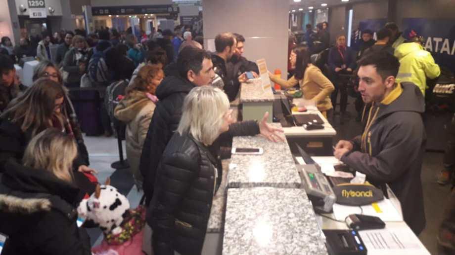 Los pasajeros de Flybondi protestaron en el mostrador del aeropuerto por las suspensiones. (Mauro Pérez).-