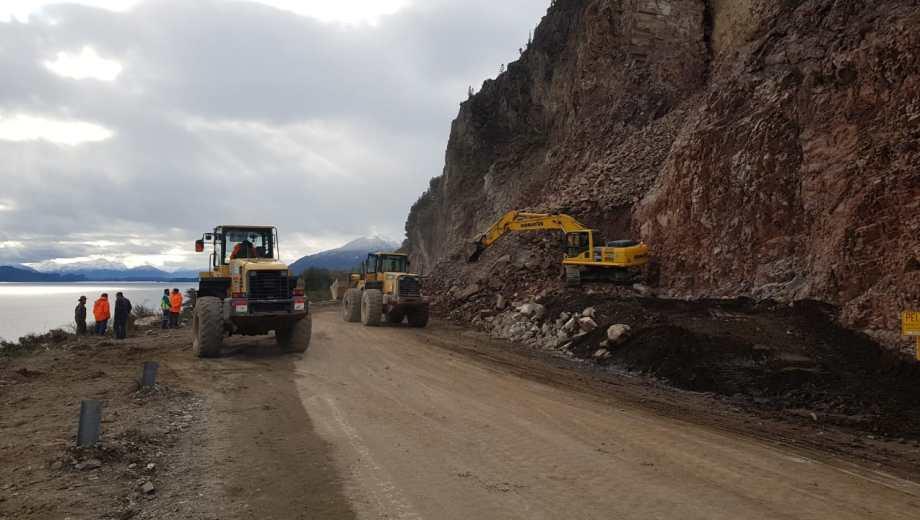Las maquinarias continuarán con tareas en la zona del derrumbe de la Ruta 40 entre Bariloche y Villa La Angostura. Foto: Gentlleza