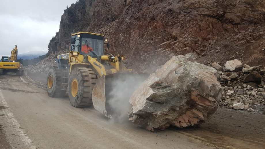 Una máquina vial desplaza una enorme roca en la zona del derrumbe de la Ruta 40. Foto: Gentileza