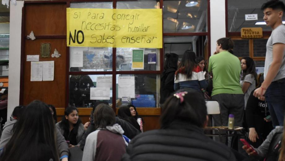 Los estudiantes no quieren que la directora continúe al frente de la institución por sus maltratos. (Florencia Salto).-