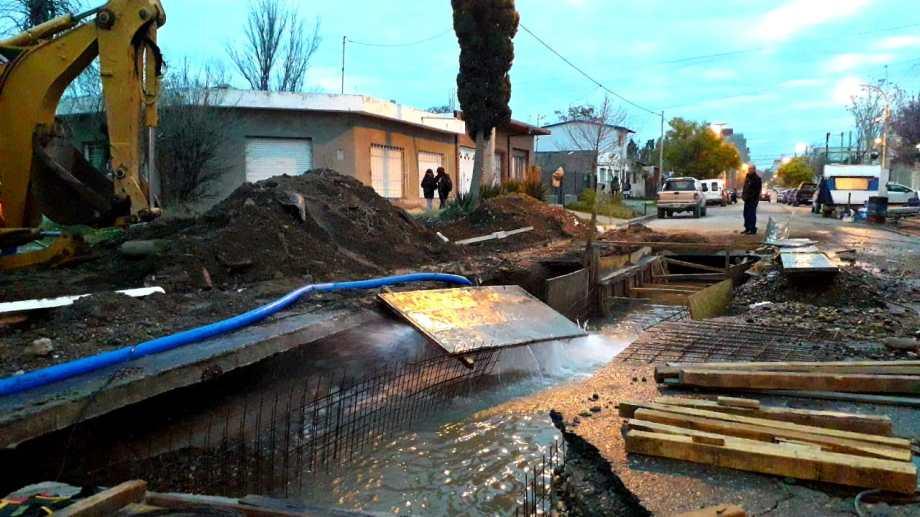 La fuga de agua se produjo a tres cuadras de la esquina en la que ocurrió la anterior. (Mauro Pérez).-
