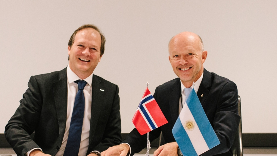 González y Dodson. El convenio se firmó en Noruega.