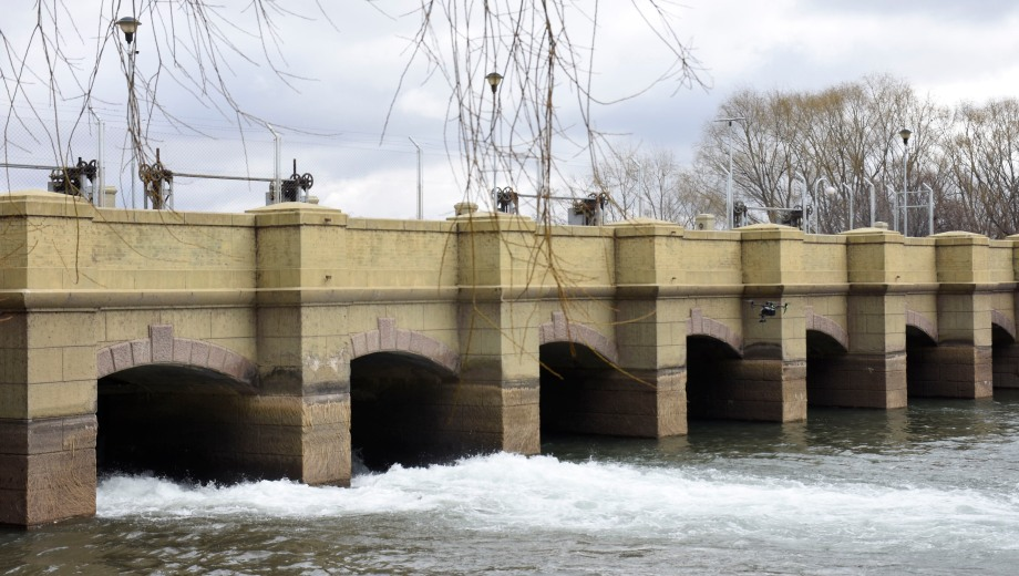 Las 17 compuertas de la centenaria obra hidráulica se movieron ayer para alimentar el canal que sale hacia Río Negro. Foto: Florencia Salto